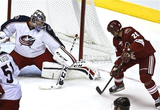 Steve Sullivan of the Phoenix Coyotes battles goaltender Steve Mason of the Columbus Blue Jackets.