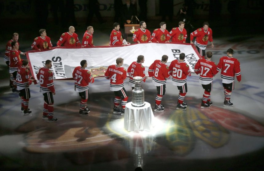 The Blackhawks celebrate last year's triumph by raising  the traditional commemorative banner to the rafters at United Centre. (Image courtesy of news.yahoo.com.)